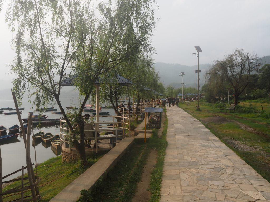 フェワ湖沿いに伸びる遊歩道