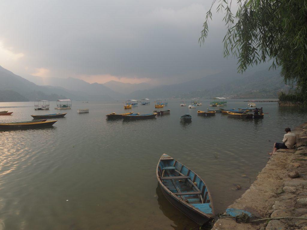 フェワ湖には数多くのボートが浮かぶ