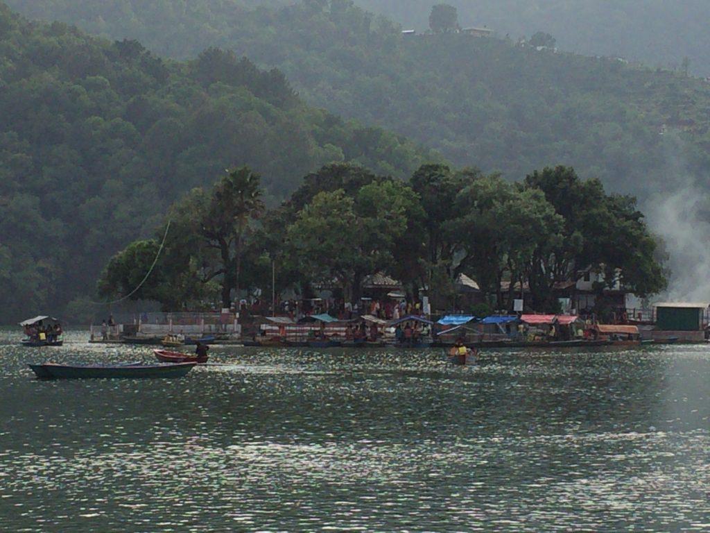 フェワ湖に浮かぶバラヒ寺院