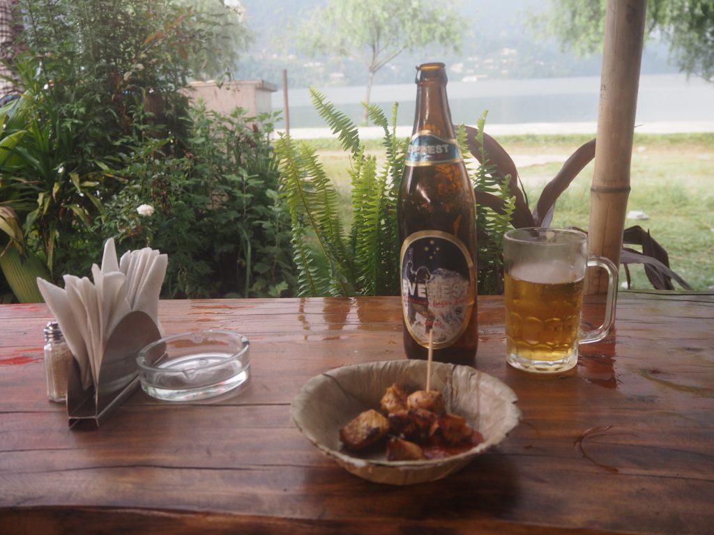 湖の畔でネパールビール(エベレスト)とバーベキュー