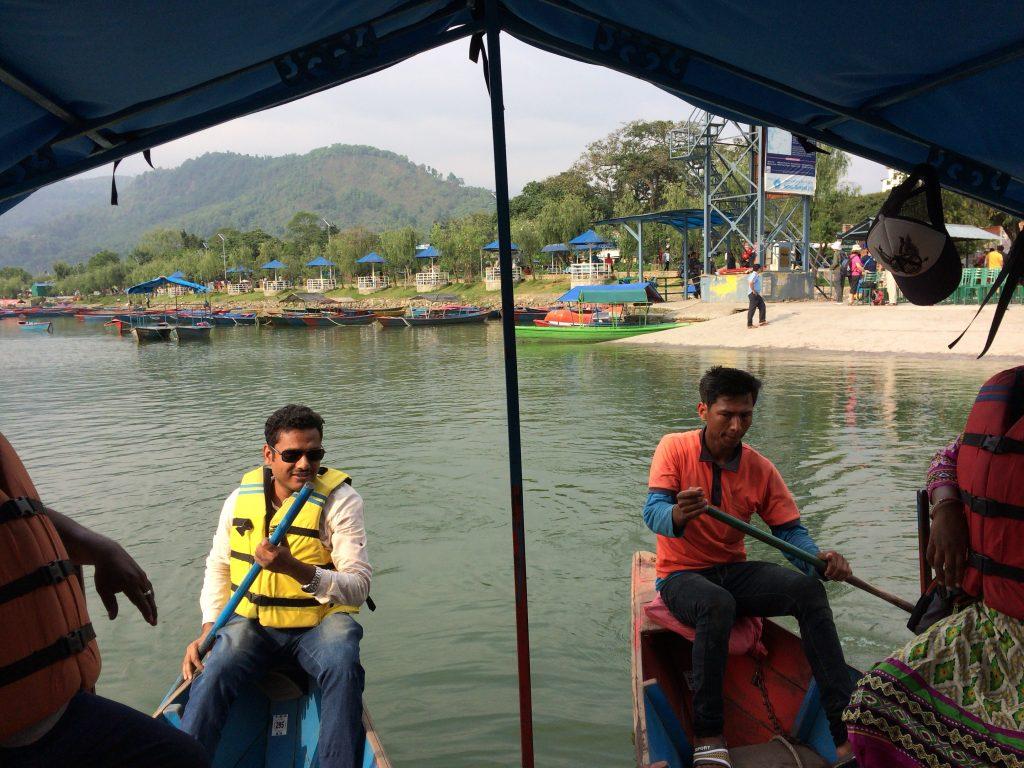 2人の漕ぎ手が巧みにボートを操る
