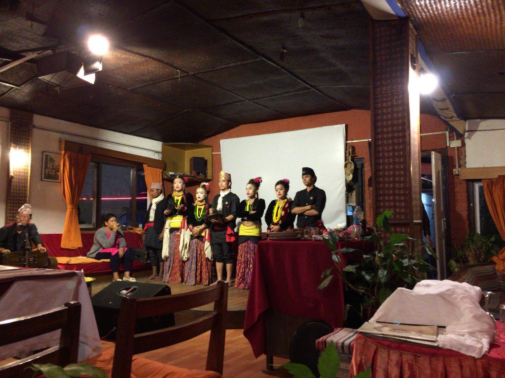 店内ではネパールダンスショーが行われる