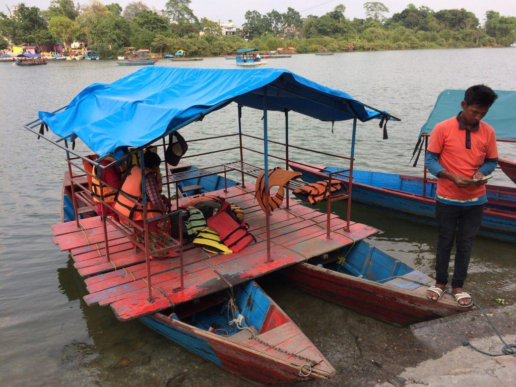 小島に到着後にボートの料金を支払う