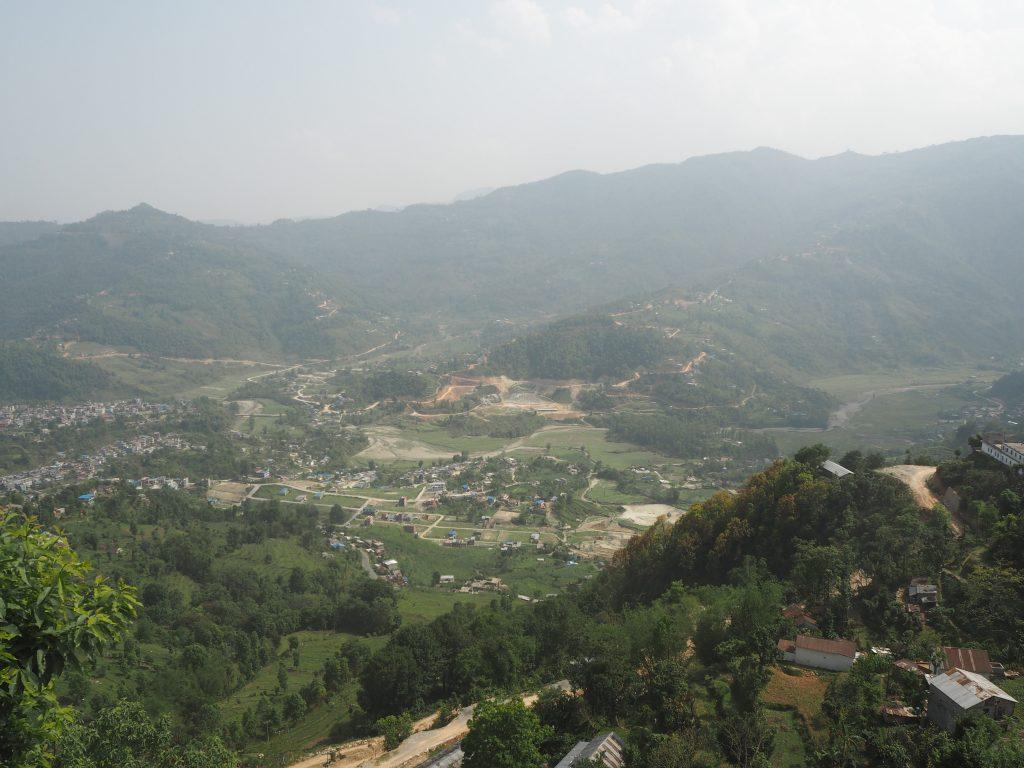 反対側には素朴な山あいの風景が広がる