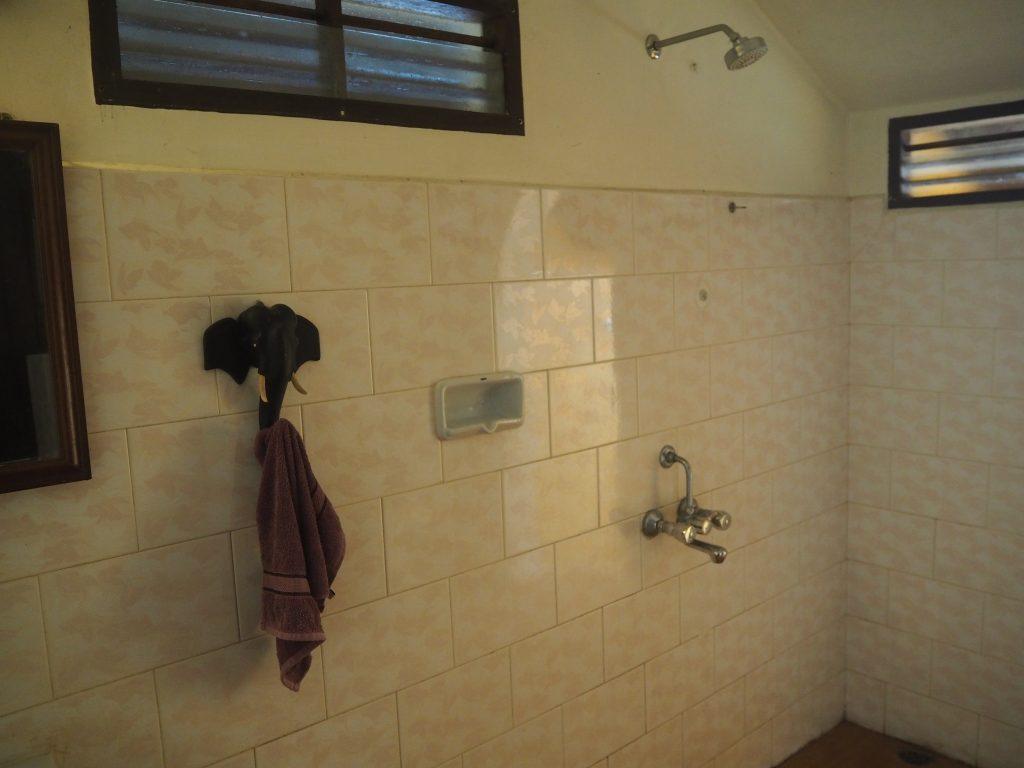室内のシャワールーム。使った後は床がかなり滑りやすくなるので気を付けよう