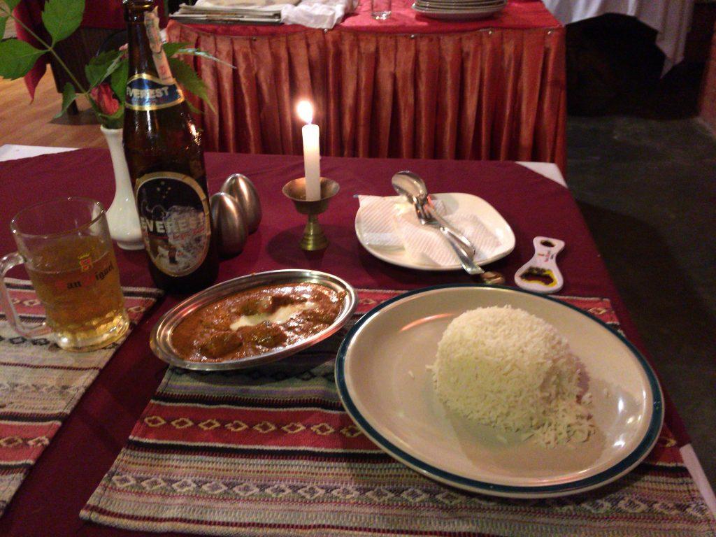 バターチキンマサラ。ネパールの定番ビールであるエベレストと共にいただく