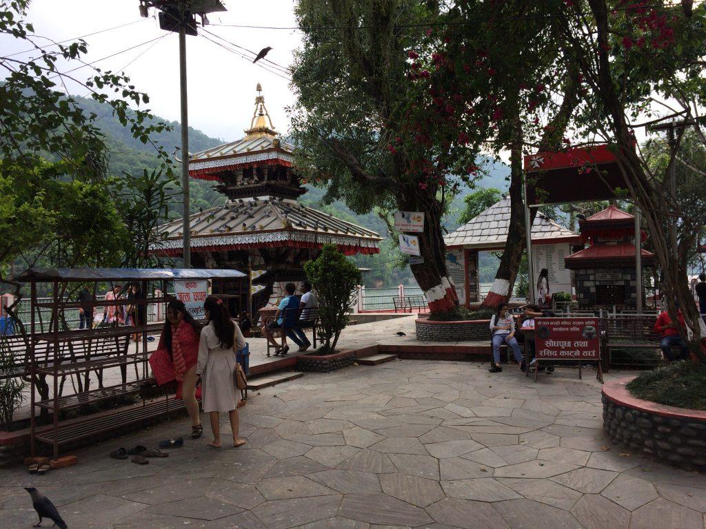 バラヒ寺院がある小島。寺院の他にお土産屋もある