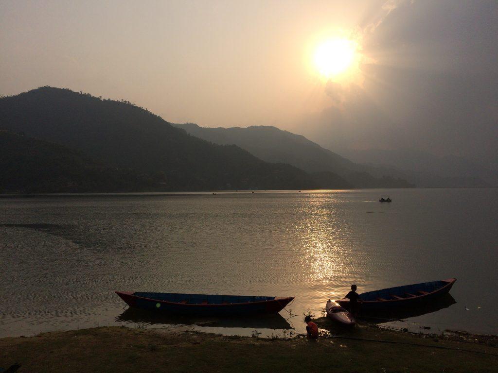 フェワ湖に沈む夕日