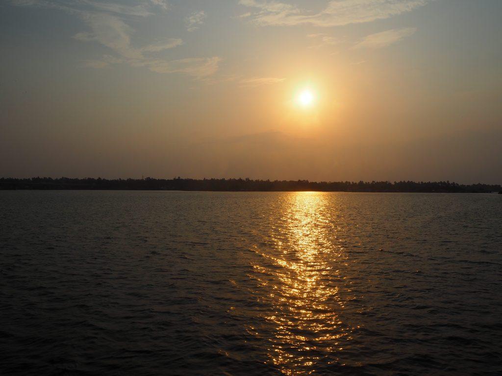 ボートから夕日を望む。クイロンはもうすぐだ
