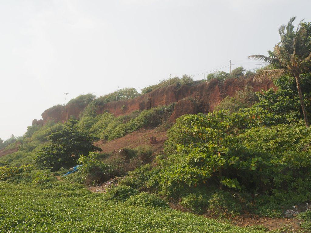 バルカラビーチから見る赤土の断崖