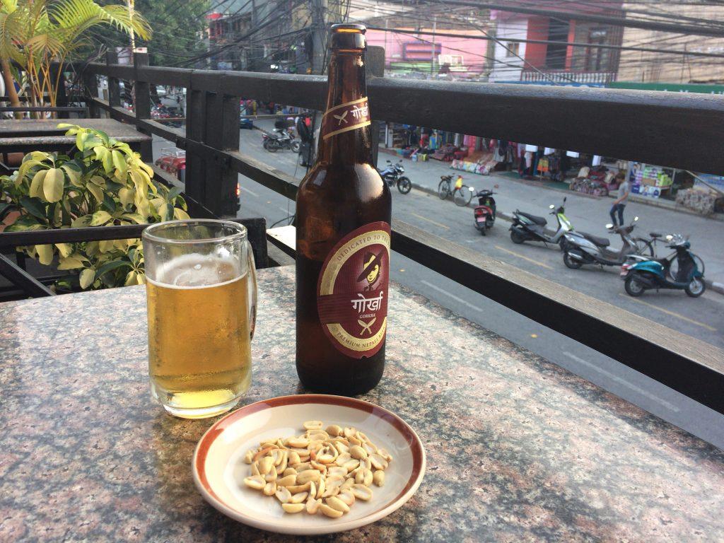 ネパールビール「ゴルカ」。ピーナッツと共に提供される