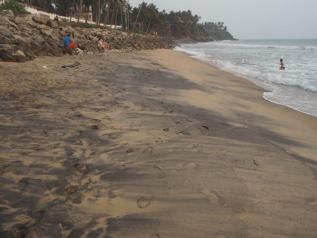 黒砂が混じるビーチだ