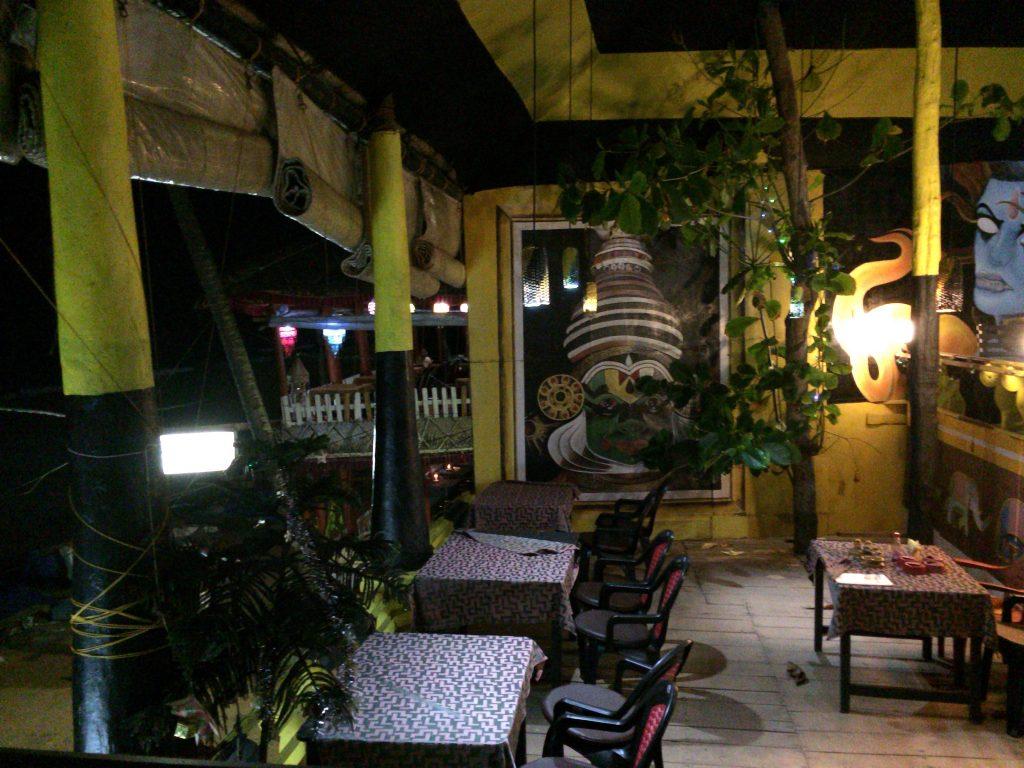 バルカラビーチ沿いのレストラン。バルカラには海を望む飲食店が多い
