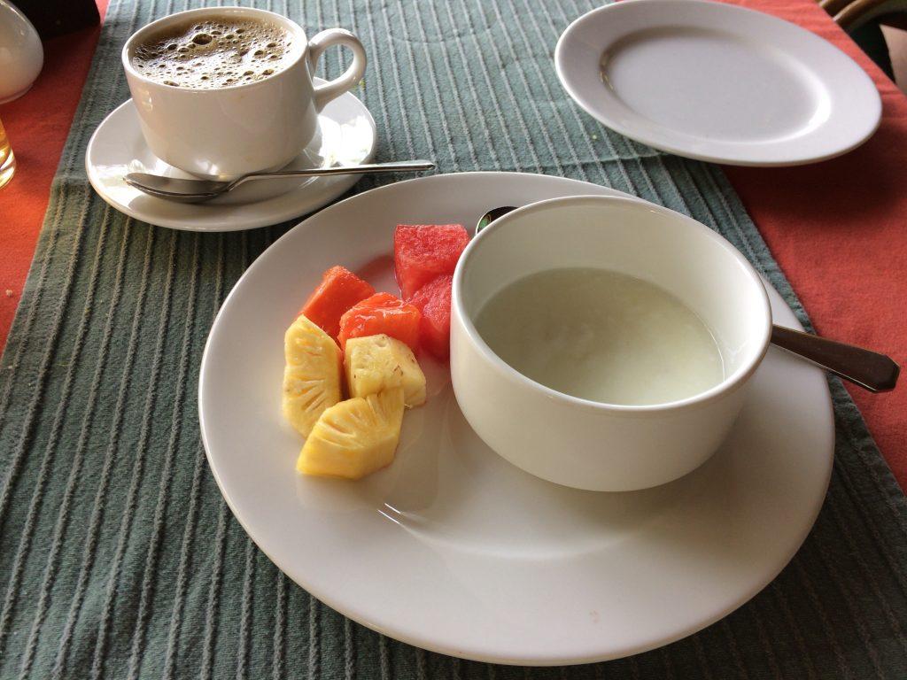 食後にデザートとコーヒーをいただく