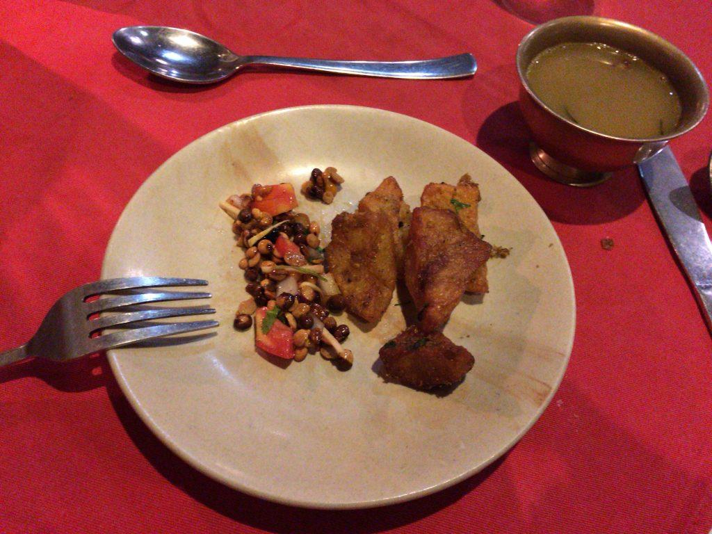 前菜のフライドポテトに豆を使ったサラダ、そしてスープ