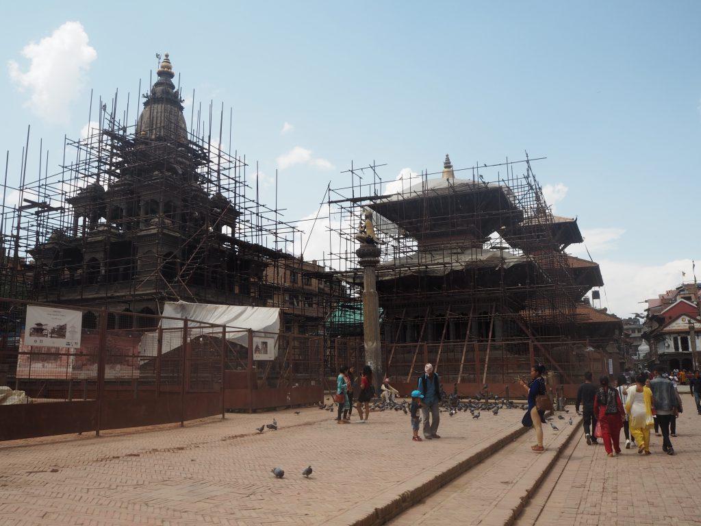 修復中の寺院が多い