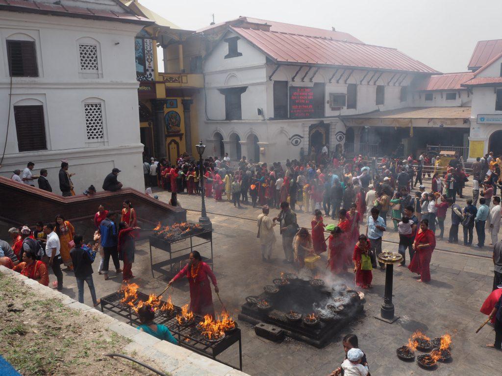 煙が立ち上る寺院前
