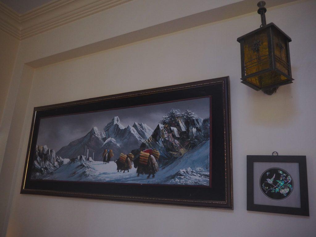 壁にはヒマラヤの絵画が飾られている