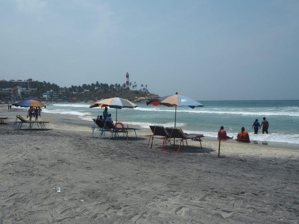 パラソルとビーチチェアが並ぶライトハウスビーチ