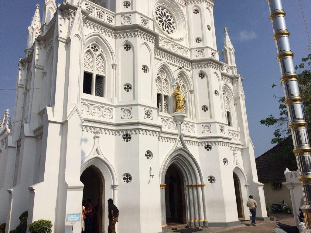 セント・ジョセフ教会。一際目立つ白亜の教会だ