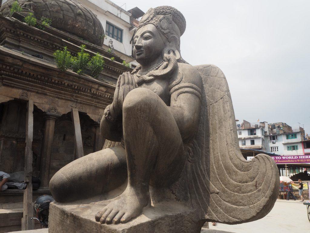 ナラヤン寺院前のガルーダ像