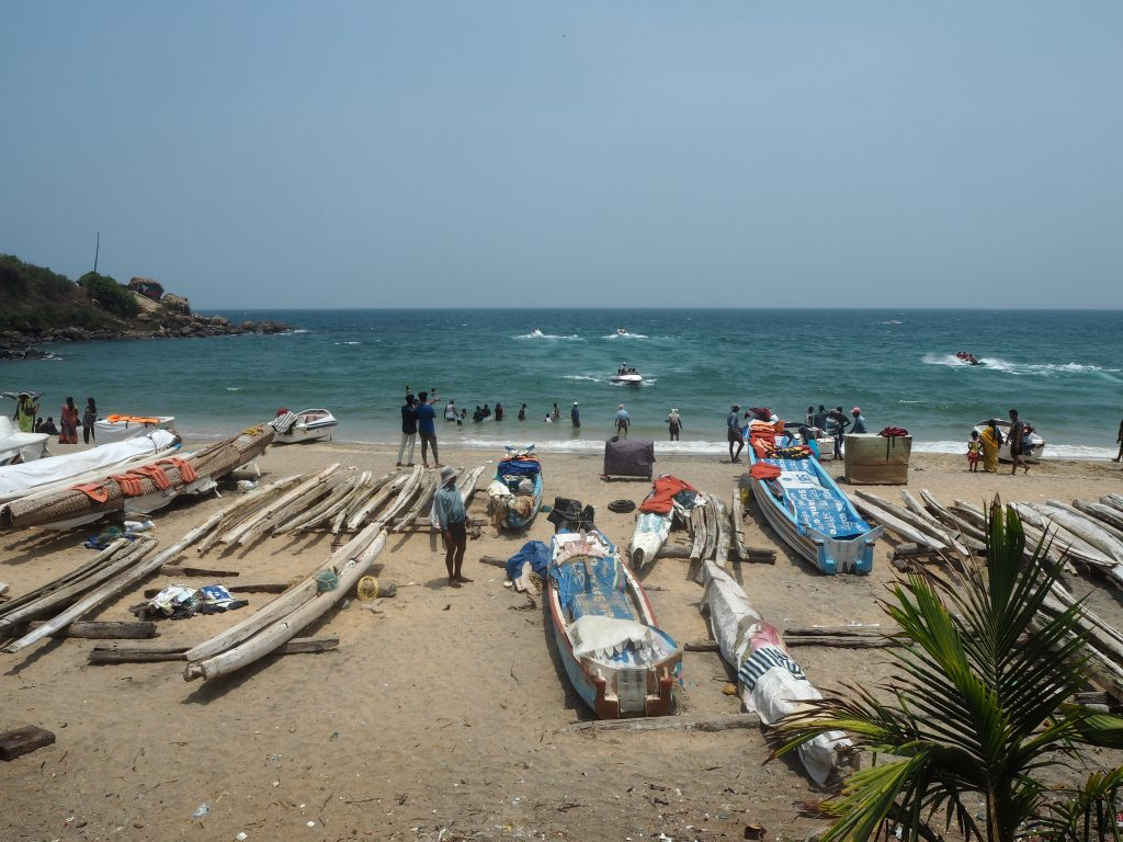 ローカルな雰囲気のサムドラビーチ