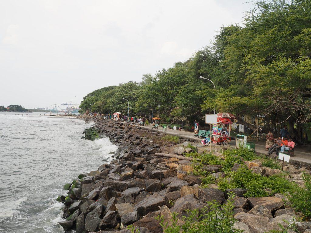 海沿いに伸びる遊歩道