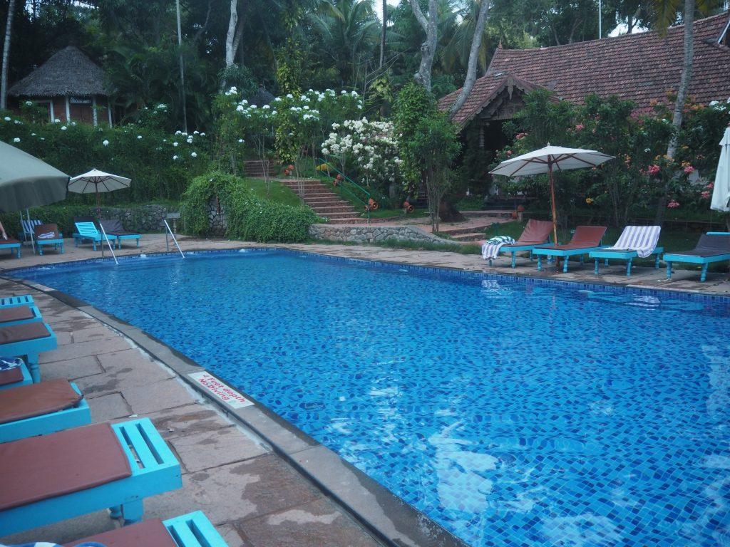 ホテルの敷地内にあるプール