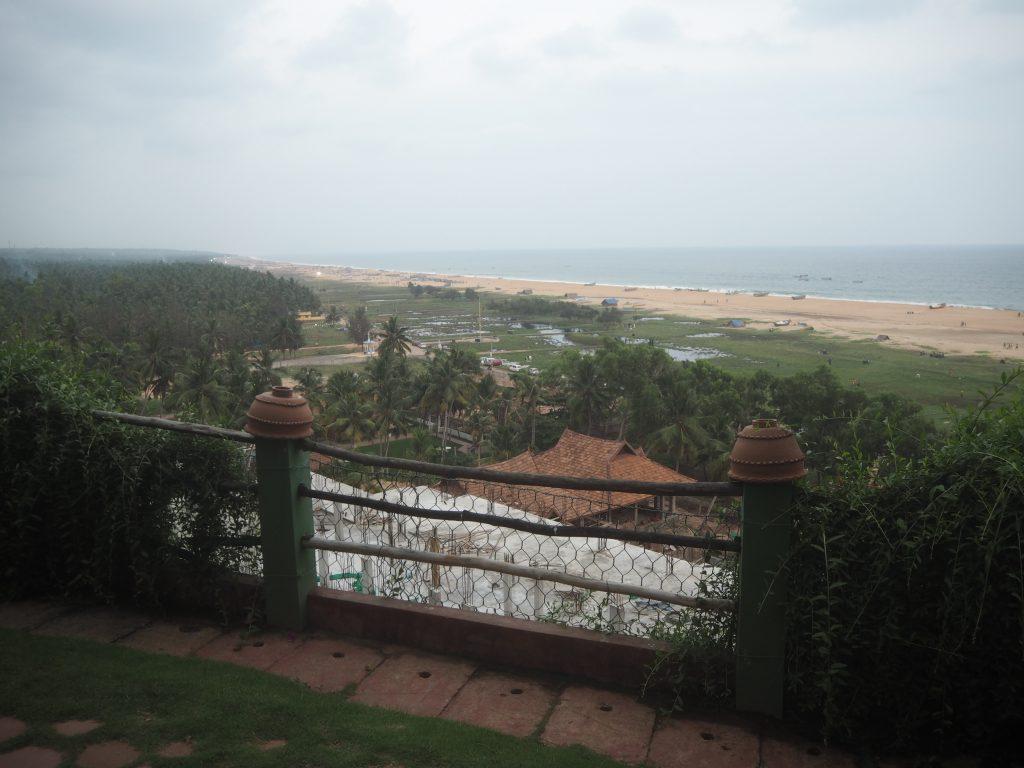 ホテルの敷地内からビーチを望む