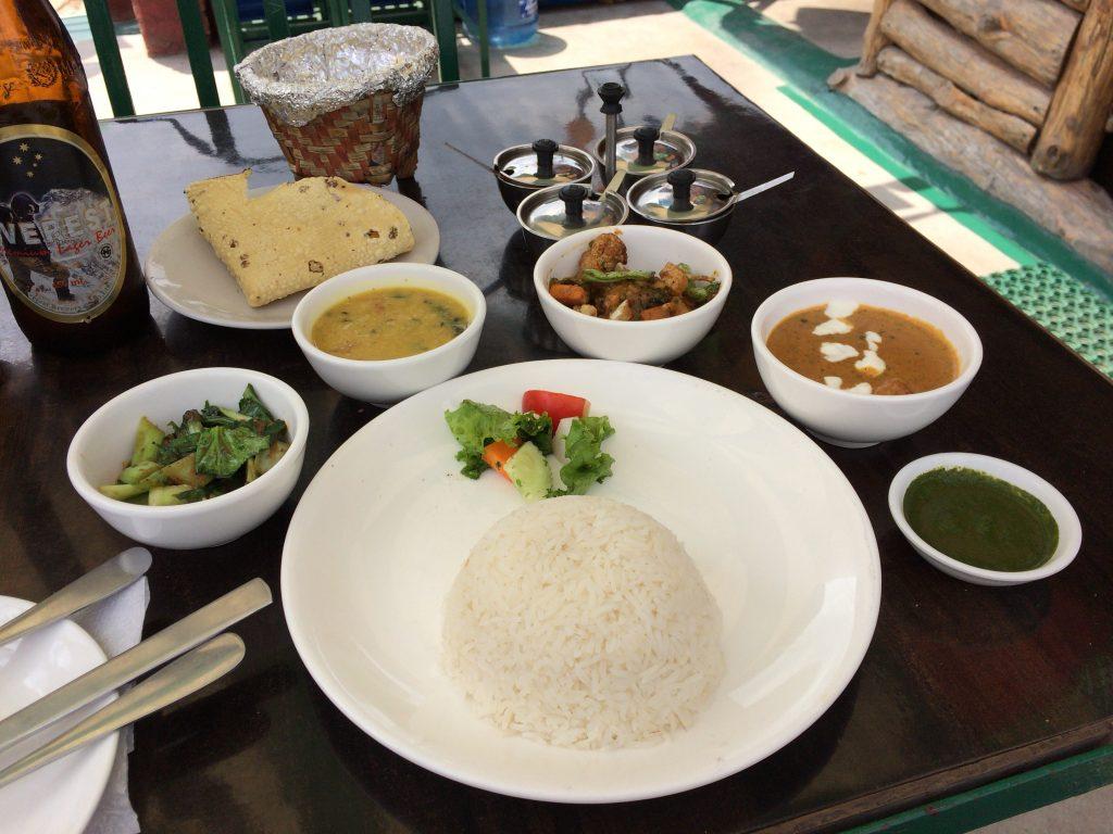 ネパール料理のセットメニュー。おかずの種類が豊富で豪勢だ