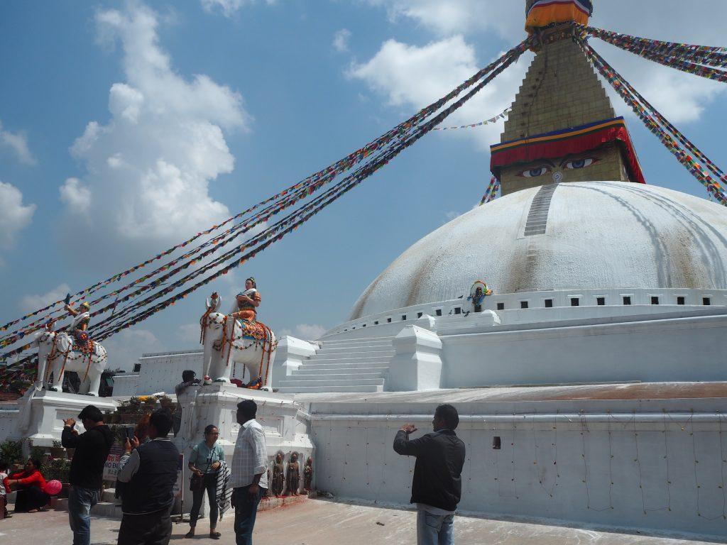 チベット仏教の特徴であるブッダアイとタルチョー