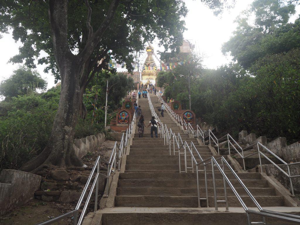 仏塔に向かって石段を登る。結構きつい