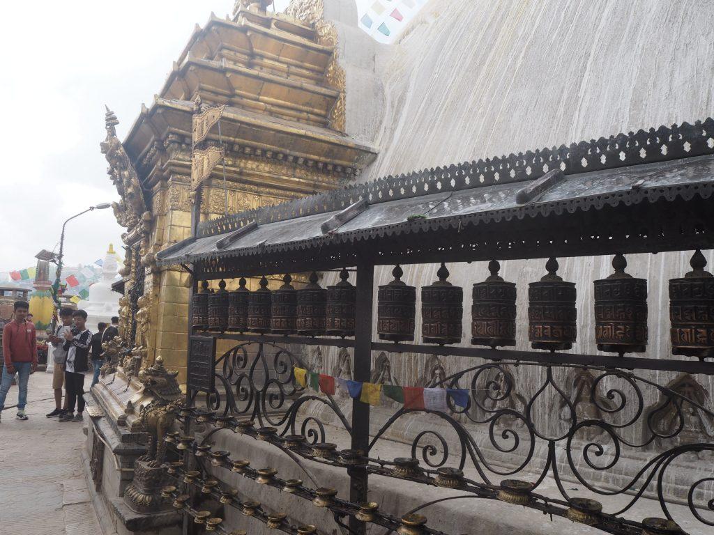 仏塔の周りにはマニ車がある。右回りに回しながら歩くと良いだろう