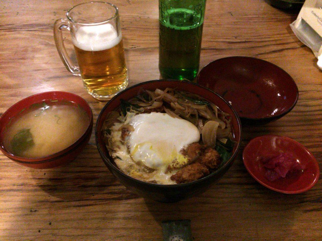 「ふる里」のカツ丼。味噌汁と漬け物が付いてくる
