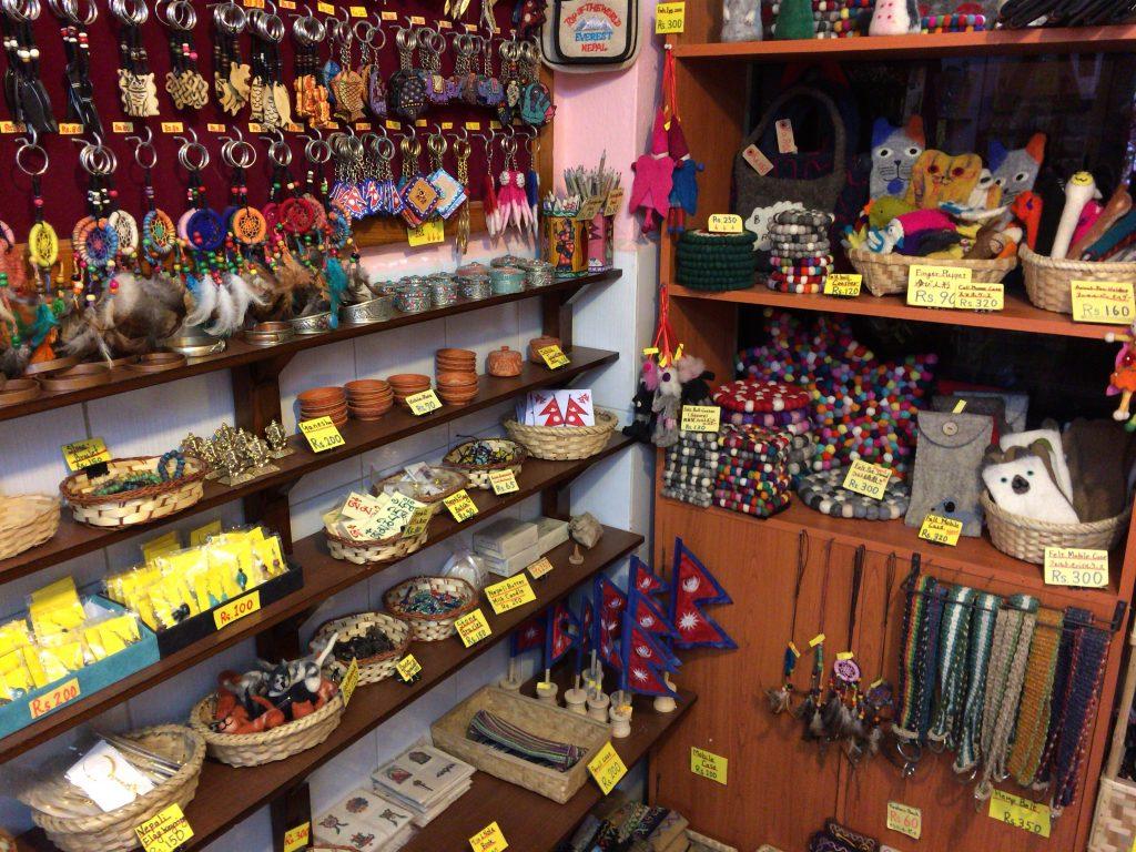 「ネパールクマリ」の店内。商品に値札が付いているのが嬉しい