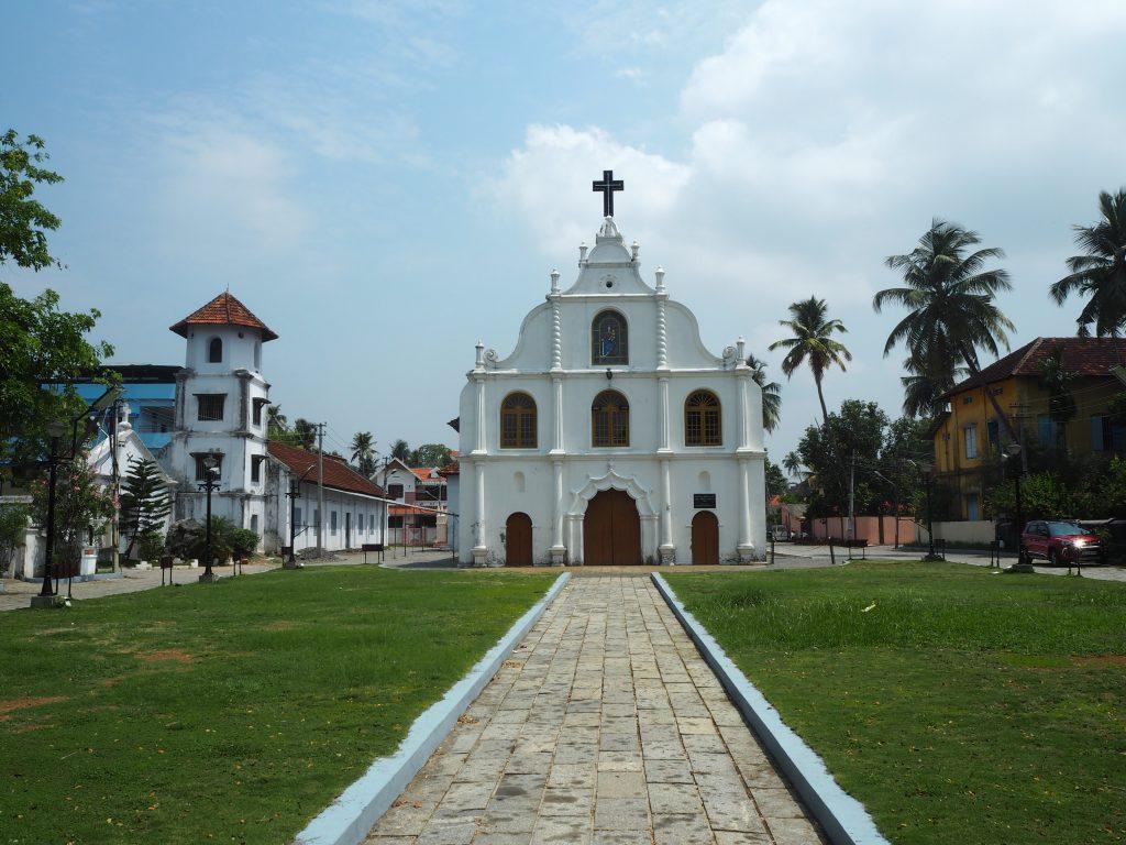 遊歩道の近くにある教会