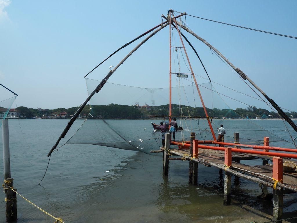 チャイニーズフィッシングネットで漁をしている