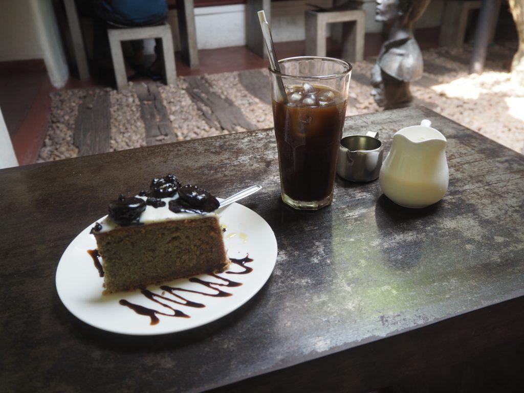 アイスコーヒーとケーキ。ケーキは外国らしく甘かった