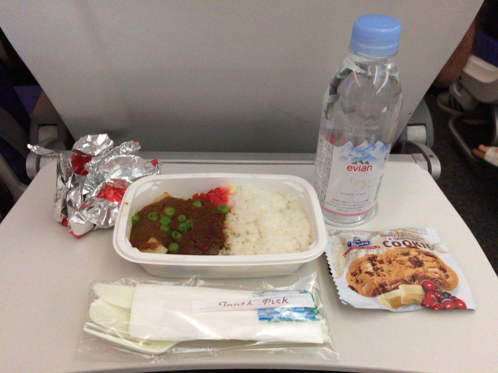 機内食のビーフカレー。クッキーにミネラルウォーターも付いてくる