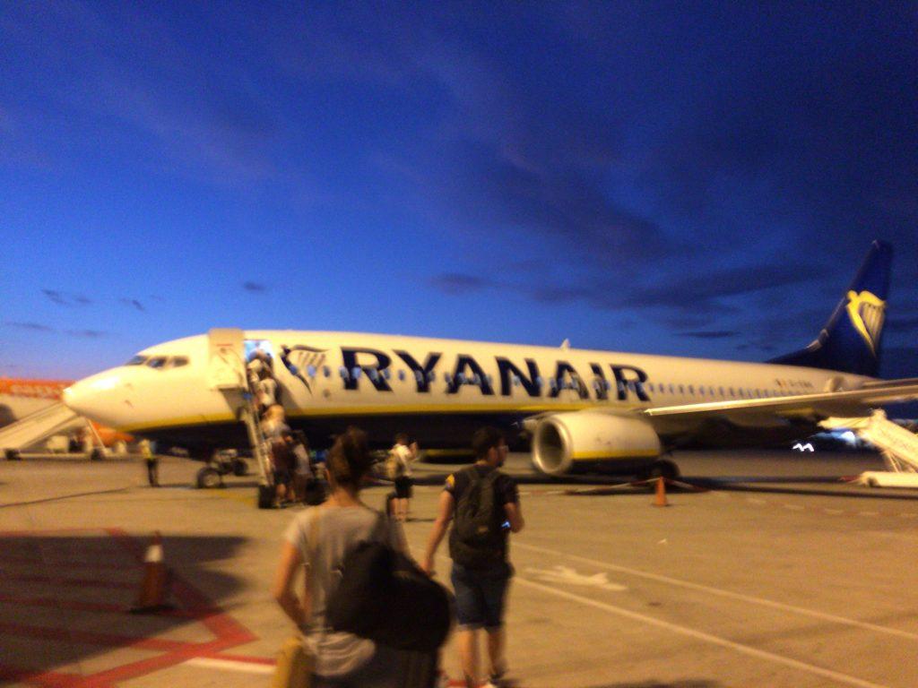 ライアンエアーの飛行機。ヨーロッパらしい空の青さだ