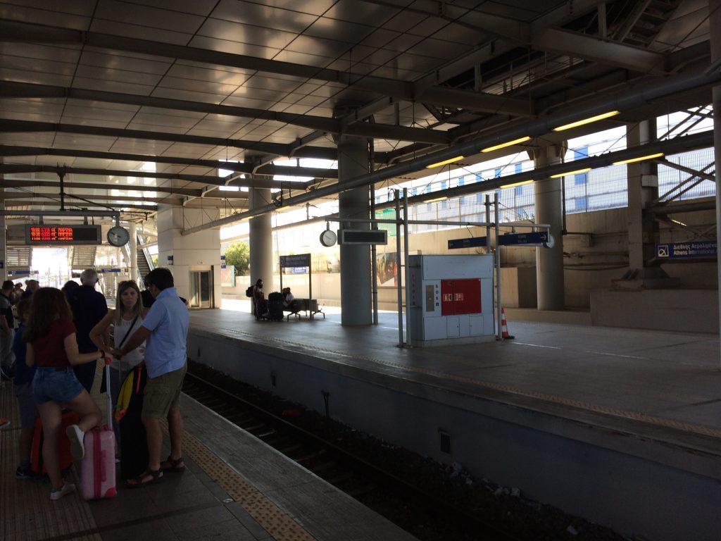 プラットフォームで電車を待つ