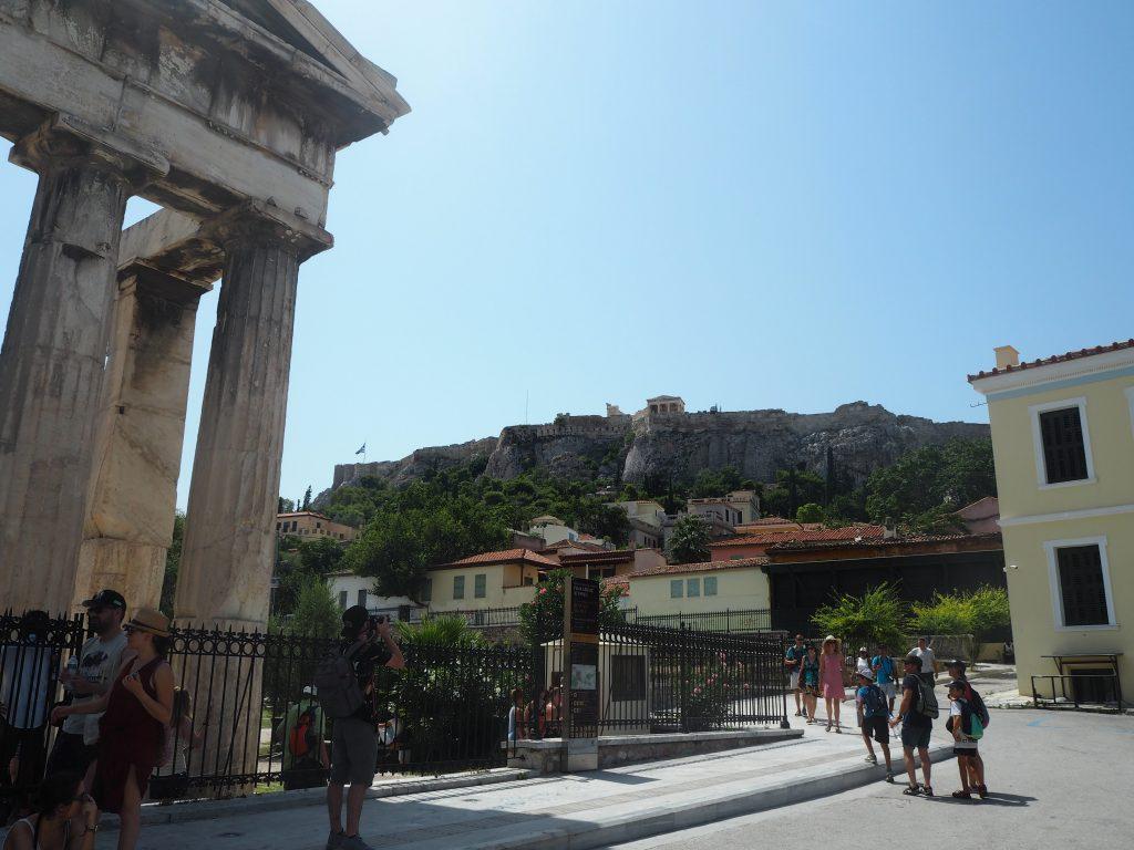 ローマン・アゴラの入り口から見るアクロポリス