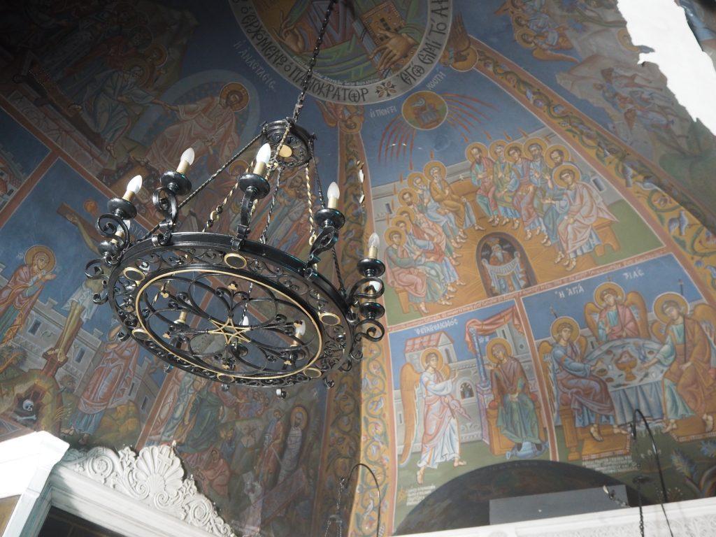教会の内部には壁画が描かれている