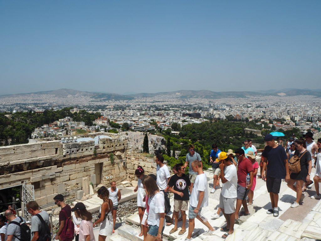 階段の上からアテネ市街地を望む