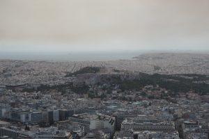 アクロポリスのパルテノン神殿とピレウスの海が見える