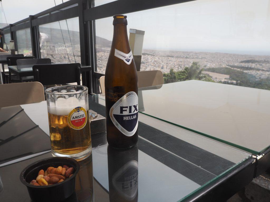 アテネの街並みを眺めながらギリシャビールをいただく