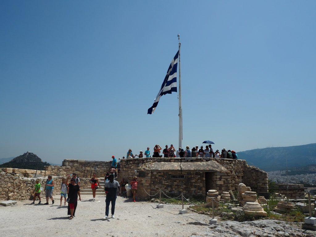 アクロポリスの展望台。ギリシャ国旗がたなびく