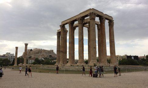 アテネを代表するゼウス神殿(手前)とパルテノン神殿(奥)