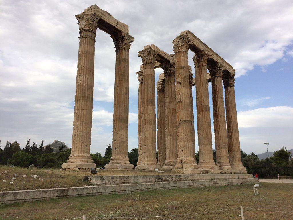 コリント式の柱が立ち並ぶ