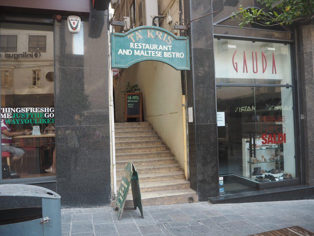 「タ・クリス(Ta' Kris)」の入り口。緑の看板が目印だ